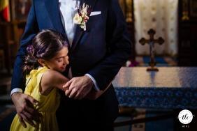 La cugina abbraccia lo sposo alla fine della cerimonia nella chiesa di Avrig