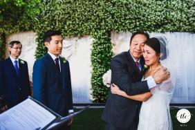 Ceremonia de boda emocional con la novia llorando y abrazando a su padre en Villa Eva, Costa Amalfitana, Italia