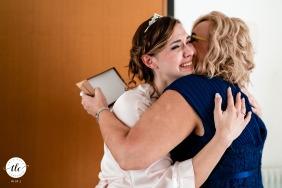 Trieste, Italia immagine del matrimonio di un momento speciale con la sposa e la madre