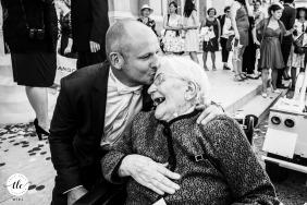 El novio está besando a su abuela en una boda en Toulon, Francia