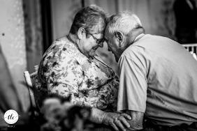 Imagen de la boda en blanco y negro de Loring Social, Minneapolis, Minnesota, de los abuelos siendo lindos