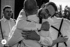 Fotografía de boda de Alberta que muestra al mejor hombre abrazando al novio en The Estate, Spruce Grove