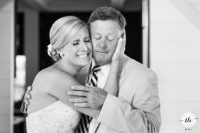 Momento emotivo del día de la boda de la isla de Nantucket de una novia de MA y su padre compartiendo un abrazo emocional y lloroso antes de la ceremonia