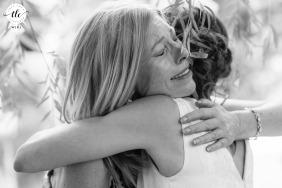 Imagen del momento real de la boda de Castelo Branco Serta que muestra un abrazo de la cuñada justo después del final de la ceremonia civil