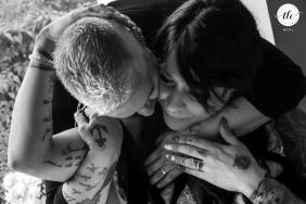 Agriturismo Corte Barco el día de la boda momento íntimo de una novia de Marmirolo - Mantua - Italia que busca el apoyo de su mejor amiga y mejor amiga en un momento de emoción
