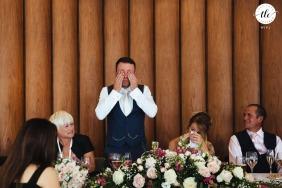 Portmeirion, Gales, imagen de boda de emoción y amor con un novio emocional durante los discursos