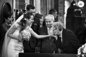 Foto del momento posterior a la ceremonia del día de la boda en Italia mostrando emociones en blanco y negro