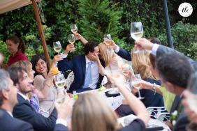 Il Molo di Varenna en el lago de Como foto del momento de la boda que muestra el amor verdadero visto a través de un brindis de invitados en Italia
