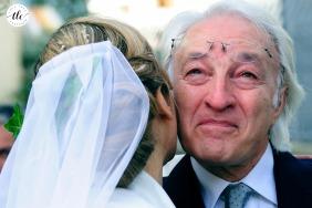 Isola d Elba emotiva foto del día de la boda de padre e hija al aire libre en Italia