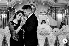 The Venue at Lenoir City imagen de momento de amor del día de la boda de TN creada cuando la madre del novio se emociona después de un baile con su hijo en la recepción de la boda