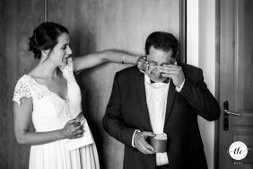 Foto del momento de la boda de padre e hija en Toulouse desde el sur de Francia que muestra a la novia cuidando a su padre antes de la ceremonia