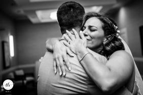 Foto del momento de la boda de Annapolis, Maryland, emoción y amor que muestra a la novia Después de que la ceremonia terminó, ella agarró a su esposo y simplemente cayó en sus brazos y lloró.