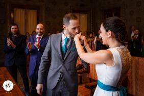 Fotografía del momento de la ceremonia de boda en Udine de IT de Un dulce beso en la mano justo después de haber puesto el anillo de bodas en su dedo