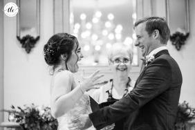 Renaissance Event Center, Kingston imagen del momento de la ceremonia de la boda que muestra a la novia está extasiada después de que le dijeron que ahora son oficialmente marido y mujer