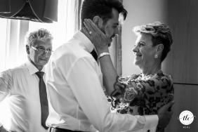 IT foto del momento de la boda de Trieste, Italia, del amor de madre e hijo