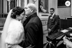 Momento de fotografía de boda en Trieste, Italia que muestra el amor del Padre