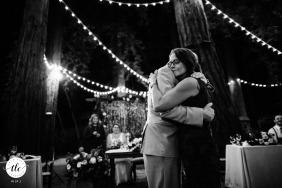 Fotografía en blanco y negro de un momento de boda en Fairfax que muestra a la mamá saboreando su momento en el baile madre-hijo.