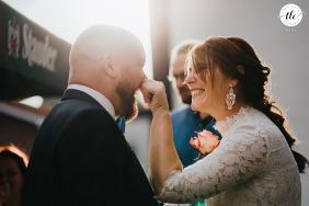 Fotografía de un momento de boda en Recklinghausen, Alemania, mientras la novia bromea con el novio