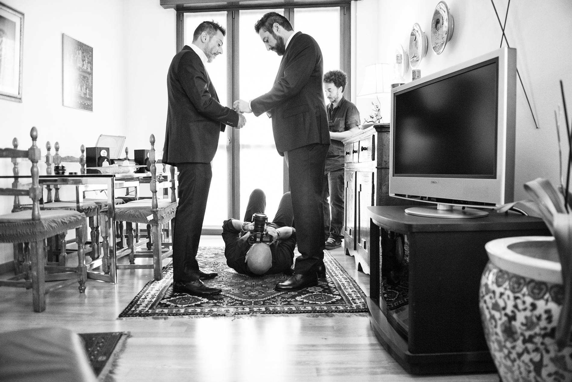 Milano Milano, fotógrafo de bodas trabajando desde un ángulo de cámara.