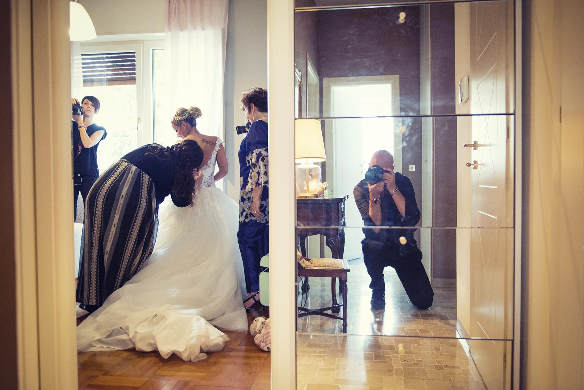 Milano Milano photographe travaillant à un mariage.