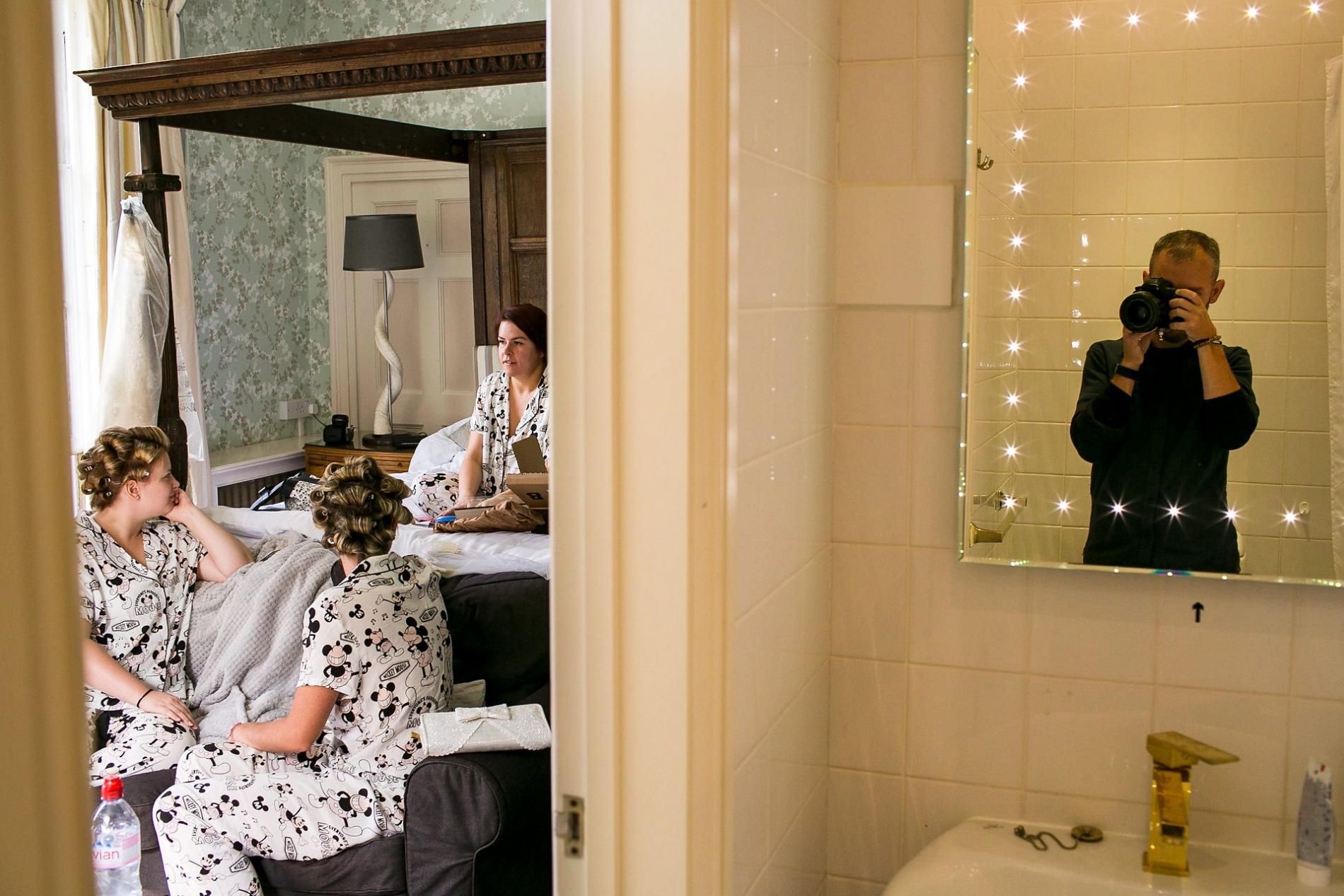 Aaron Storry-fotografie tijdens Bridal Prep bij een Brits huwelijk.