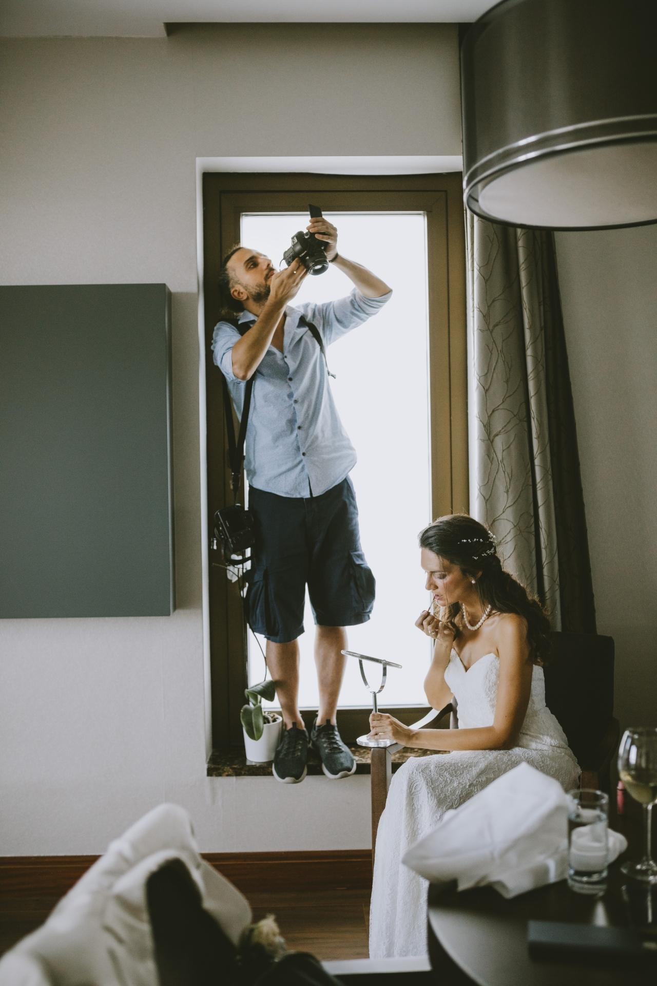 Istanbul fotograaf werkt op een bruiloft met de bruid zich klaar.