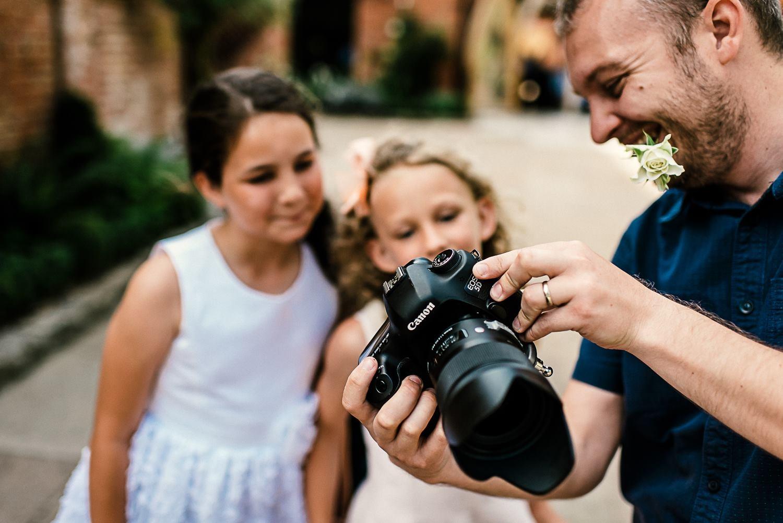 Aaron Storry toont afbeeldingen terwijl hij werkt als trouwfotograaf