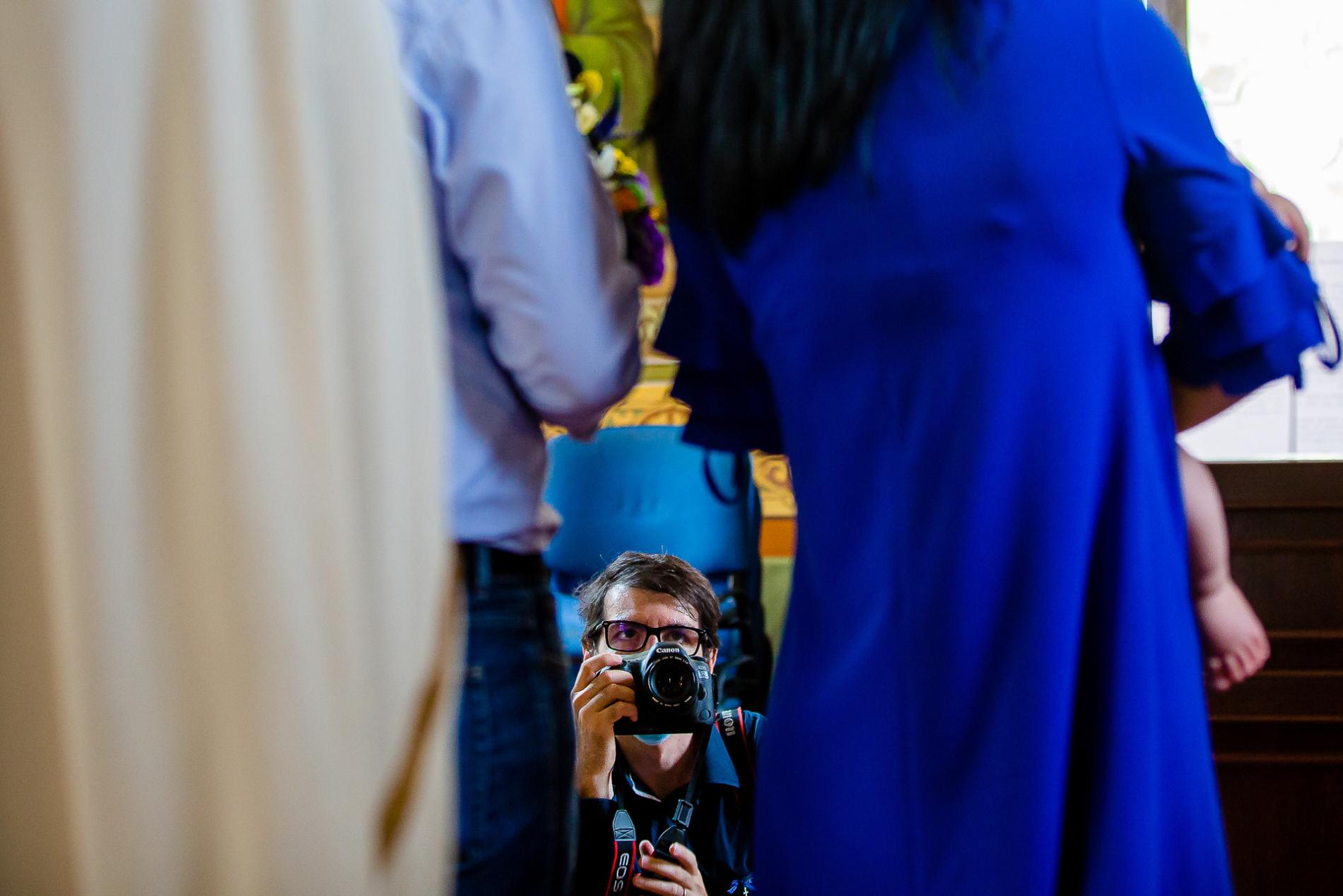 Fotógrafo de bodas COVID de Bucarest trabajando en una ceremonia en Rumania