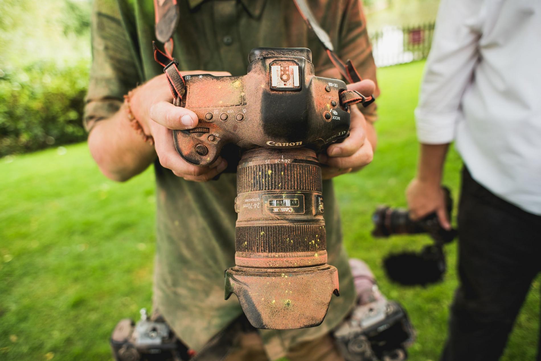 UK bruiloft reportage fotograaf camera versnelling nemen van een pak slaag tijdens een shoot
