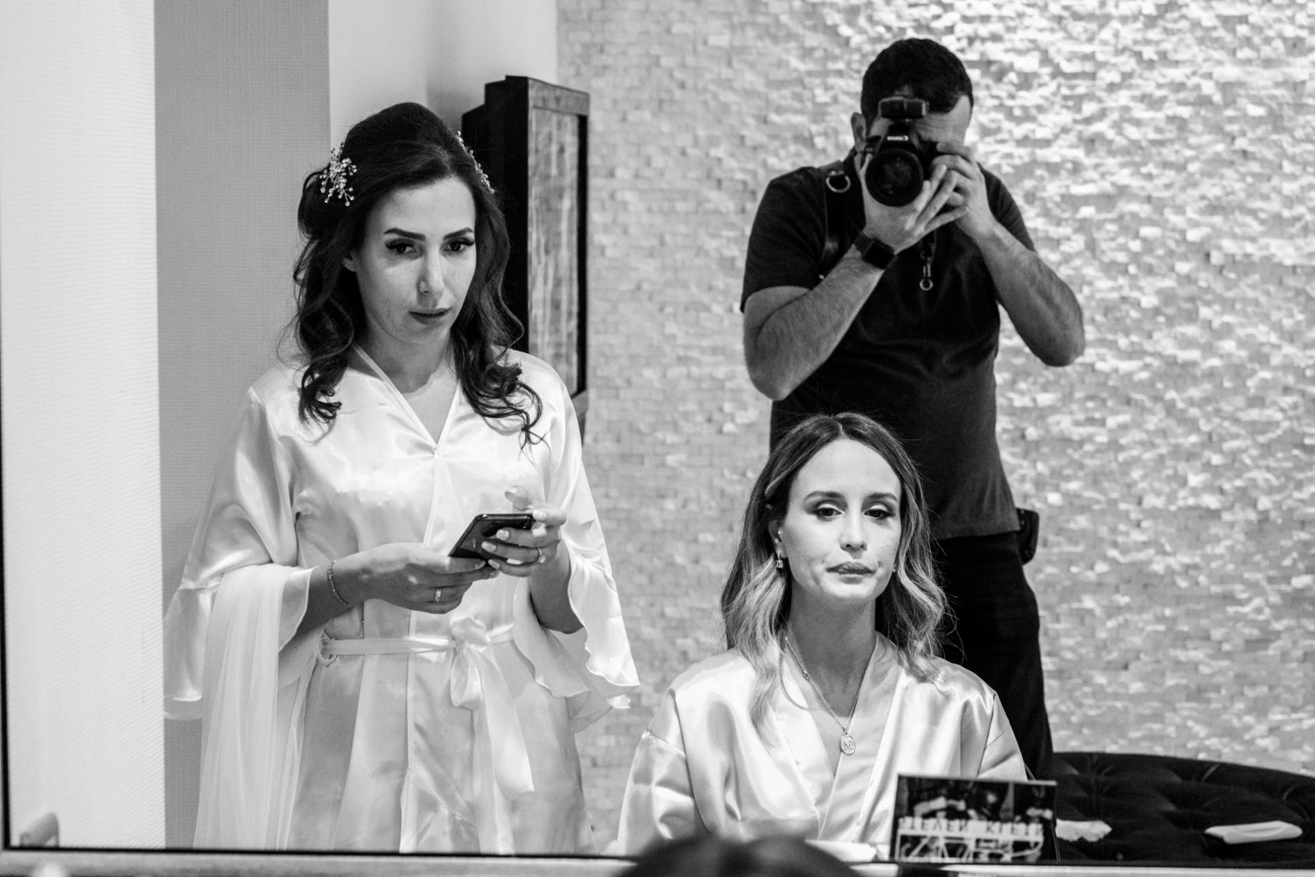 Orçun Yalçın huwelijksfotograaf werkt op een bruiloft