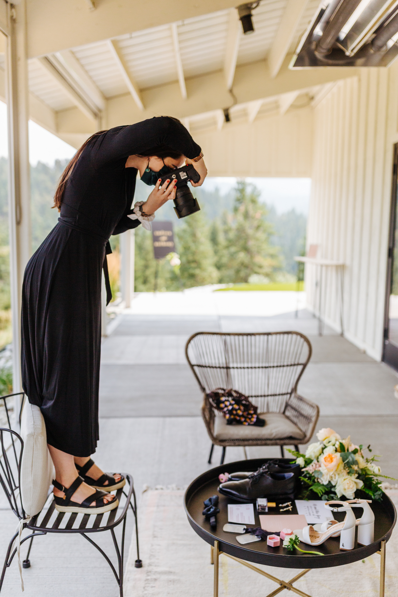 La fotógrafa de bodas de las montañas de Denver Erin Witt, tomando fotografías en un evento en Colorado