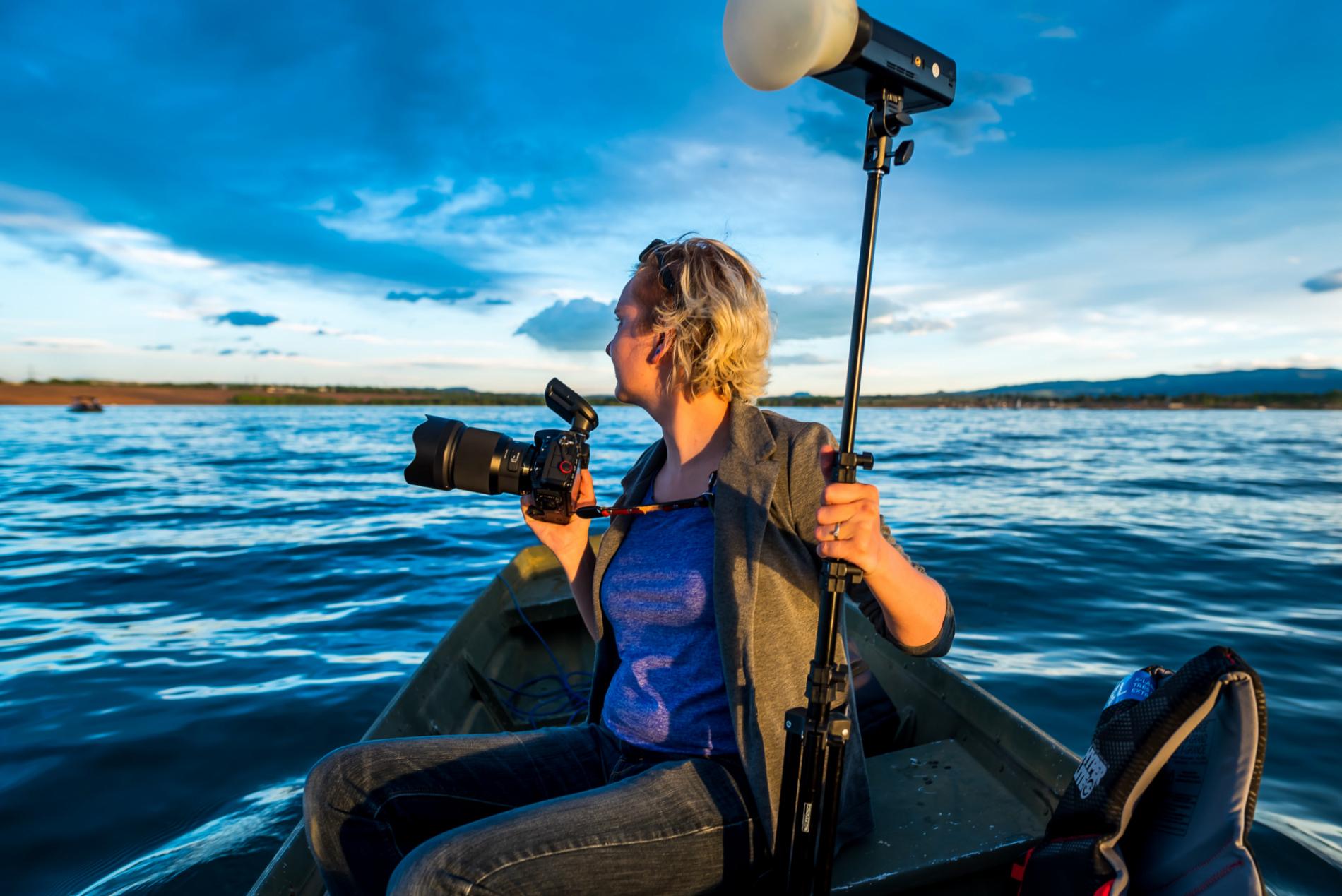 Fotógrafo de bodas de los lagos de colorado dando un paseo en bote durante el evento