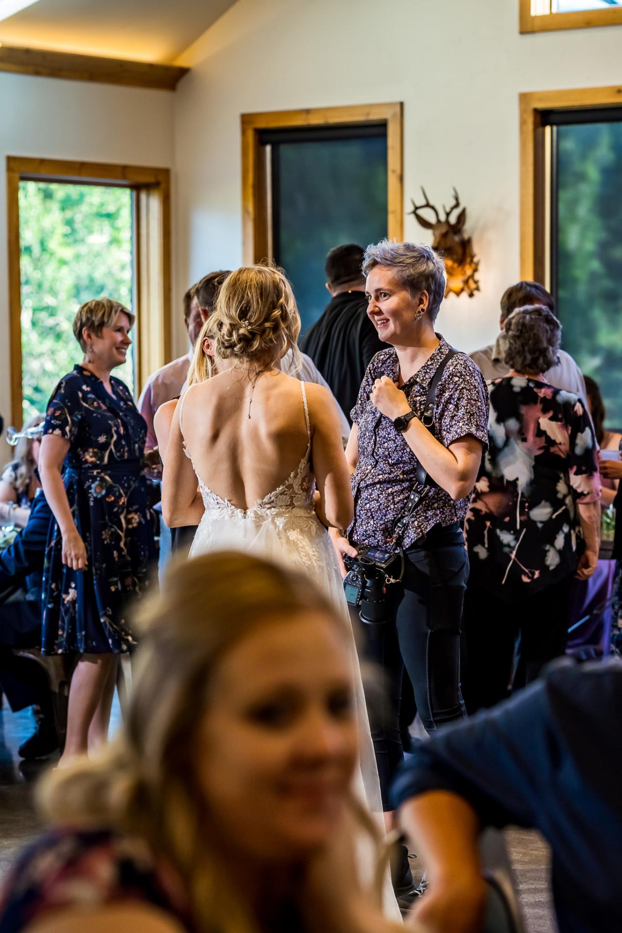 Fotógrafo de bodas de Colorado hablando con una novia de Boulder en el lugar