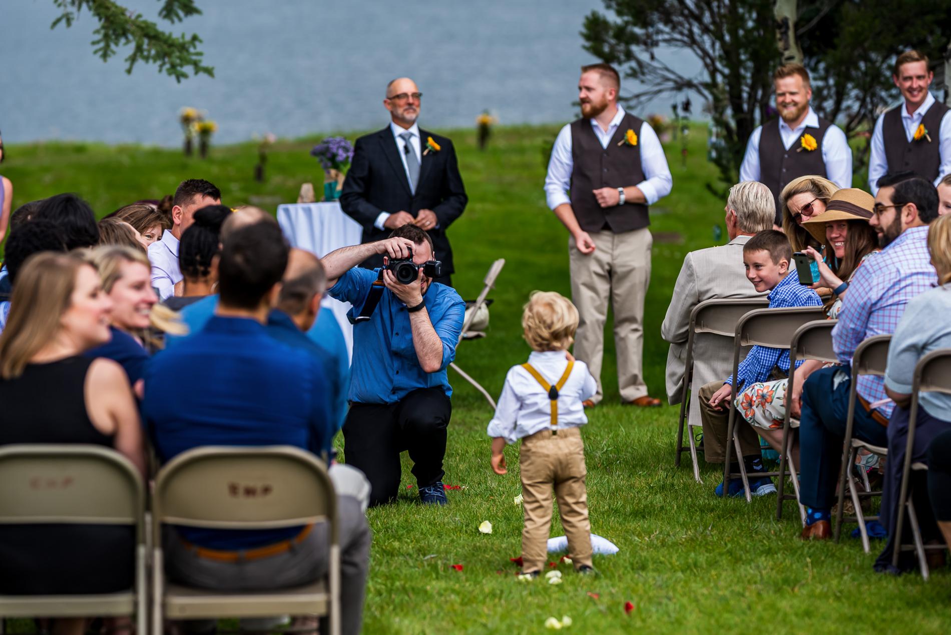 Photographe du Colorado prenant des photos lors d'un mariage en plein air avec des enfants