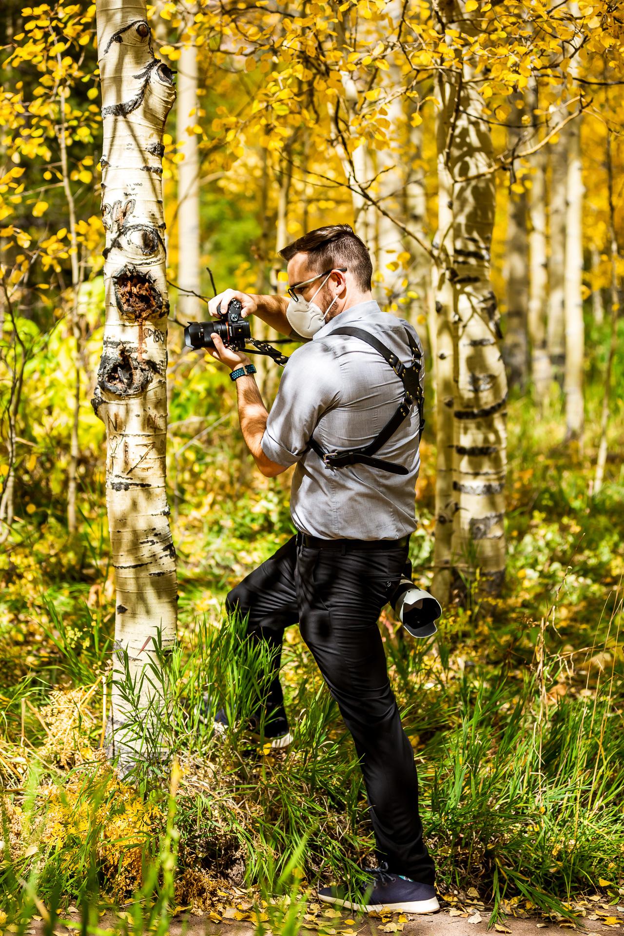 Erie Colorado photographe travaillant à un mariage dans les grands arbres