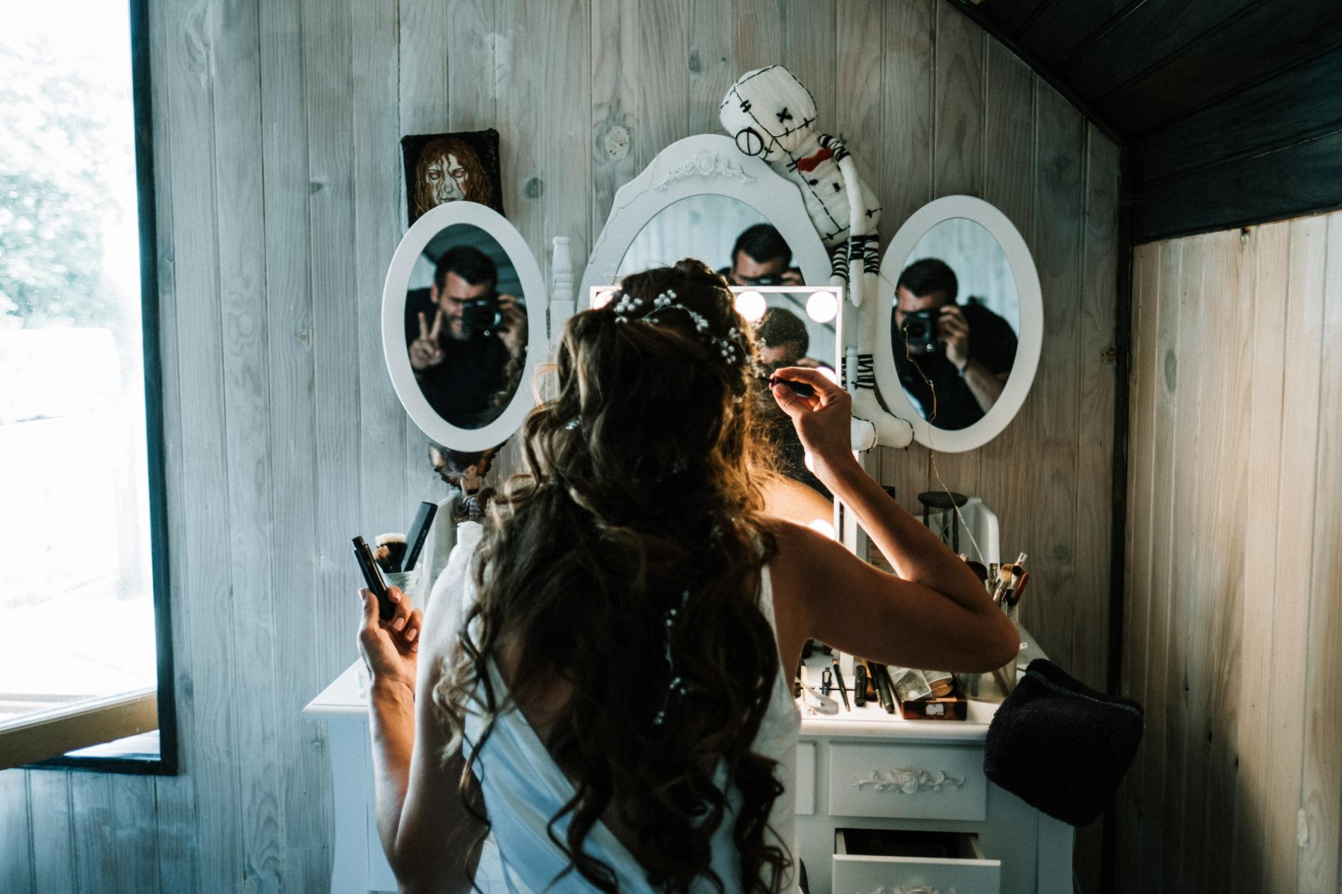Martin Charrat, fotógrafo de bodas de Italia trabajando los espejos en Roma Lazio