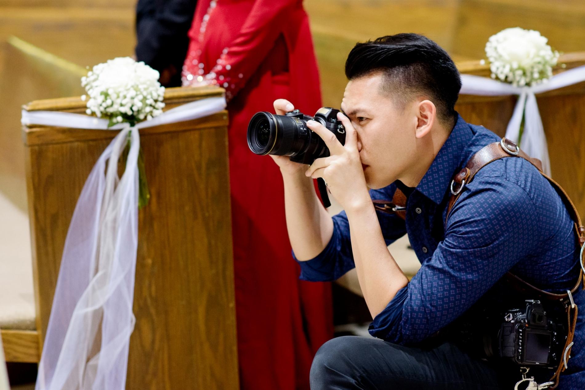 Houston Texas huwelijksfotograaf die foto's nemen tijdens binnenkerkceremonie.