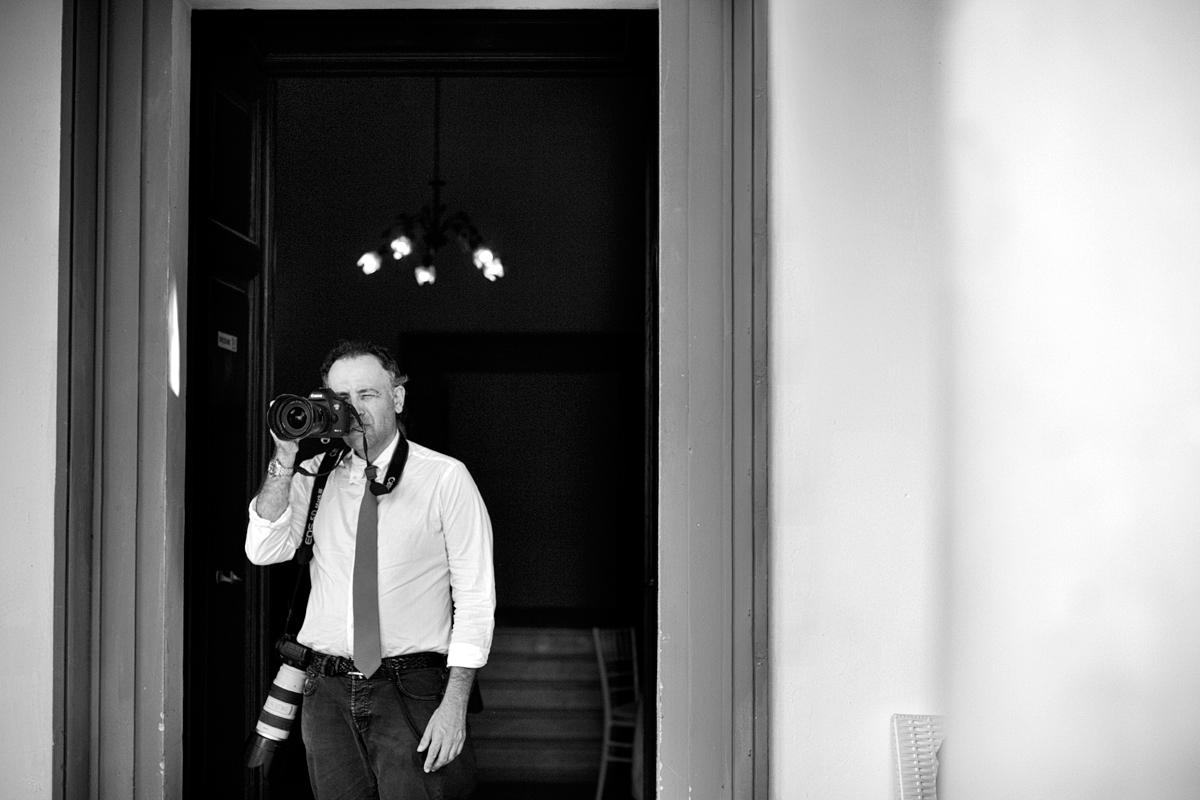 Danilo Coluccio fotógrafo tomando fotos en una boda | Italia Reggio Calabria