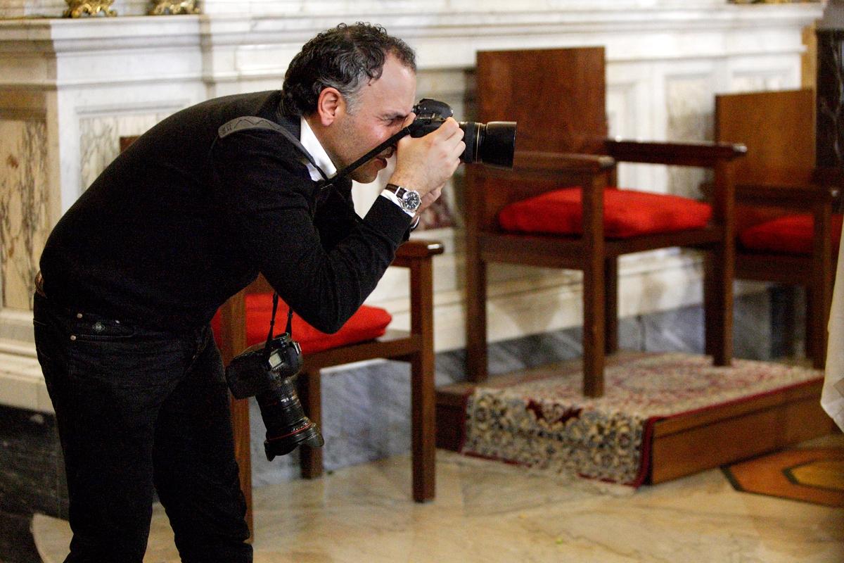 Danilo Coluccio, Hochzeitsfotograf aus Reggio Calabria, der ein Event mit seiner Kamera bearbeitet.