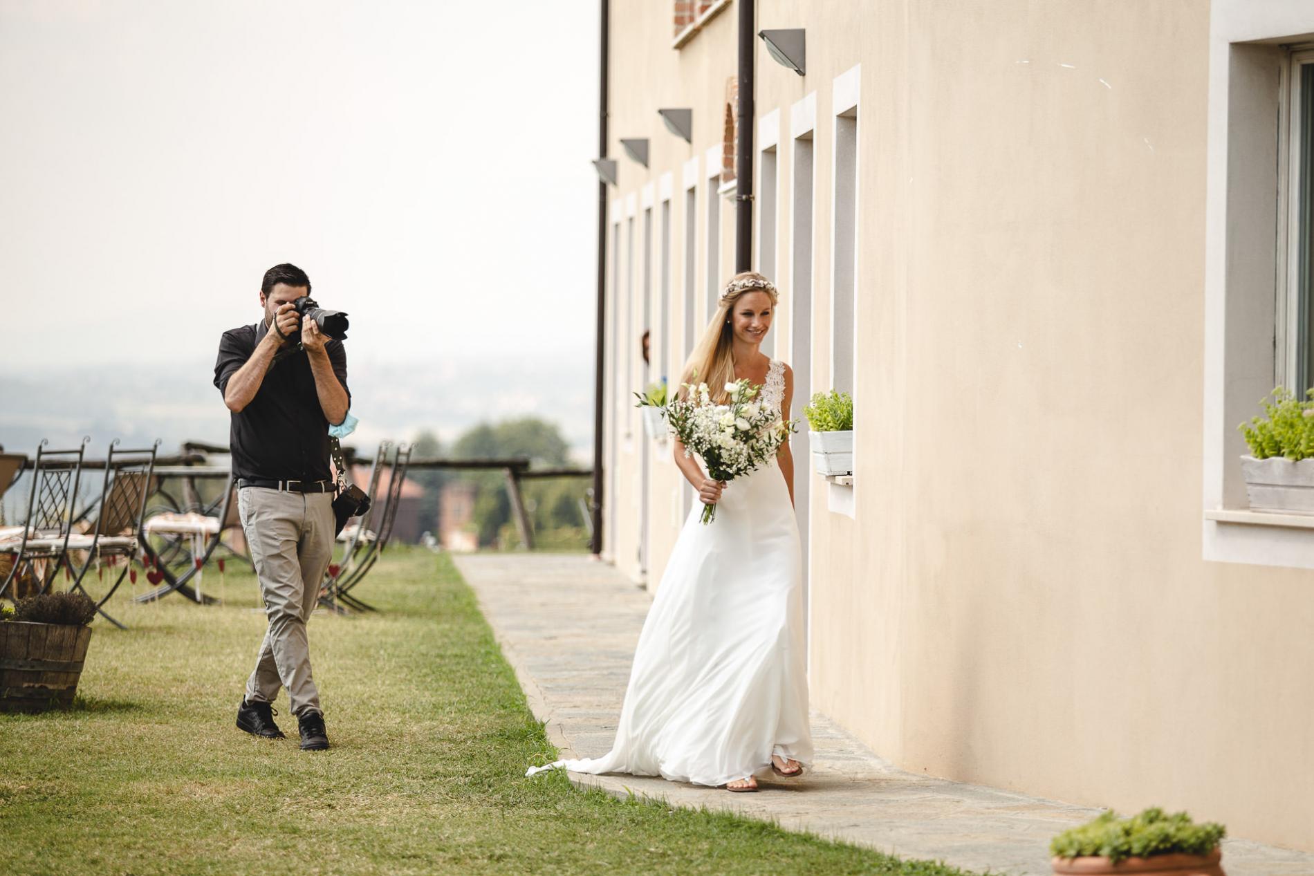 De huwelijksfotograaf van Verbania Verbano-Cusio-Ossola maakt foto's van de bruid die op de locatie loopt.