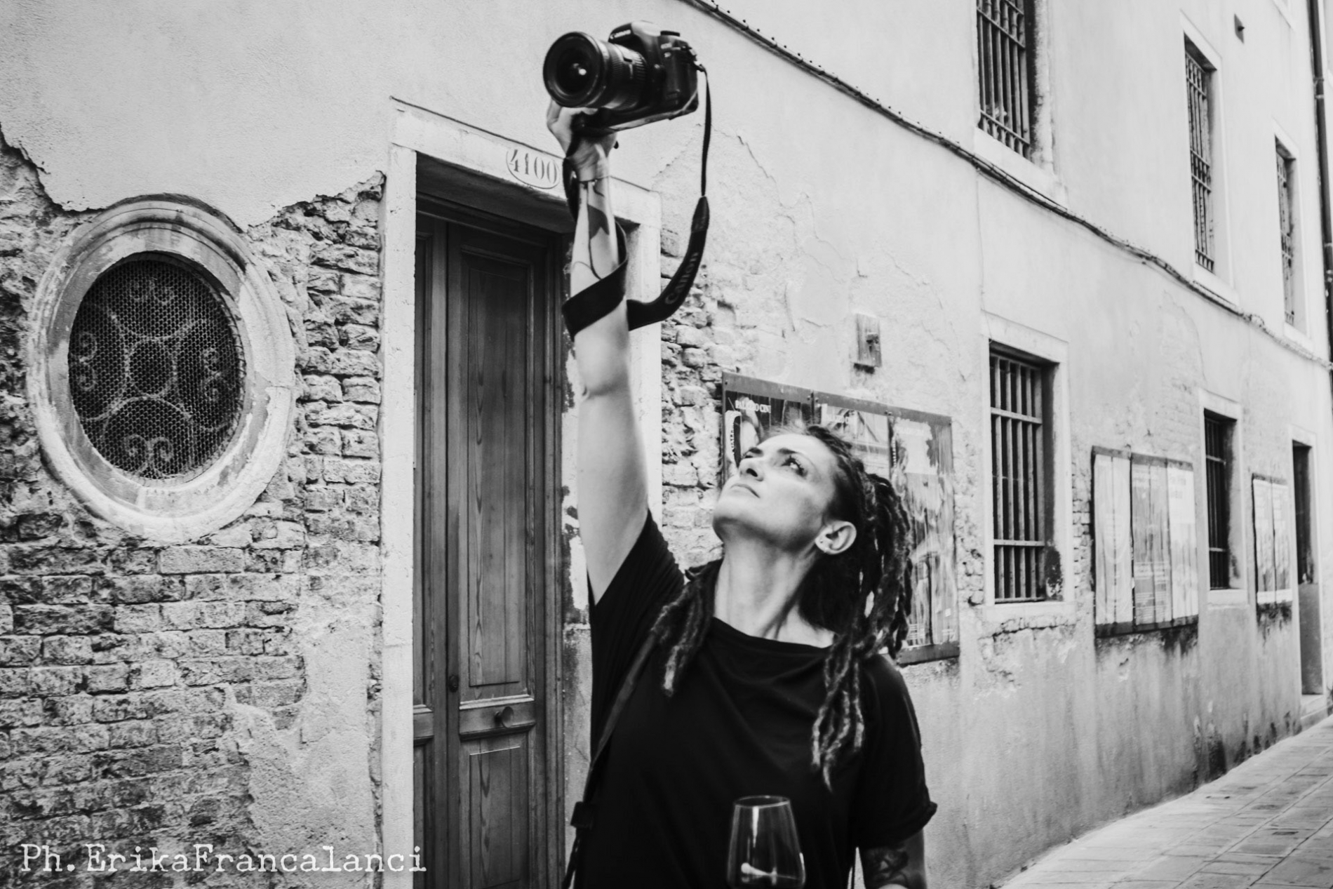Fotografka ślubna Melissa Iannace pracuje na wysokich kątach kamery