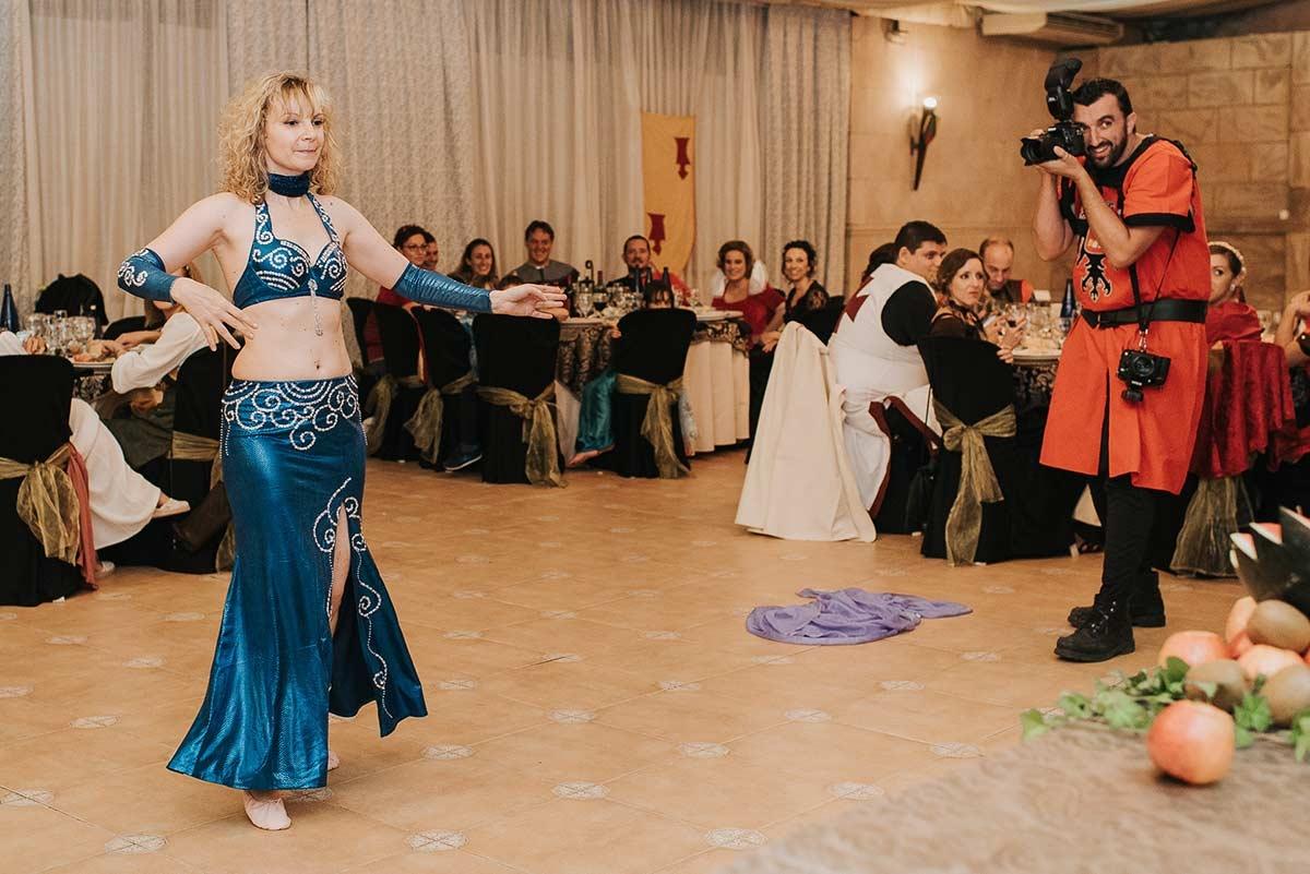 Le photographe de mariage de Madrid, Sergio Cueto, est vu ici travaillant dans l'action de la piste de danse