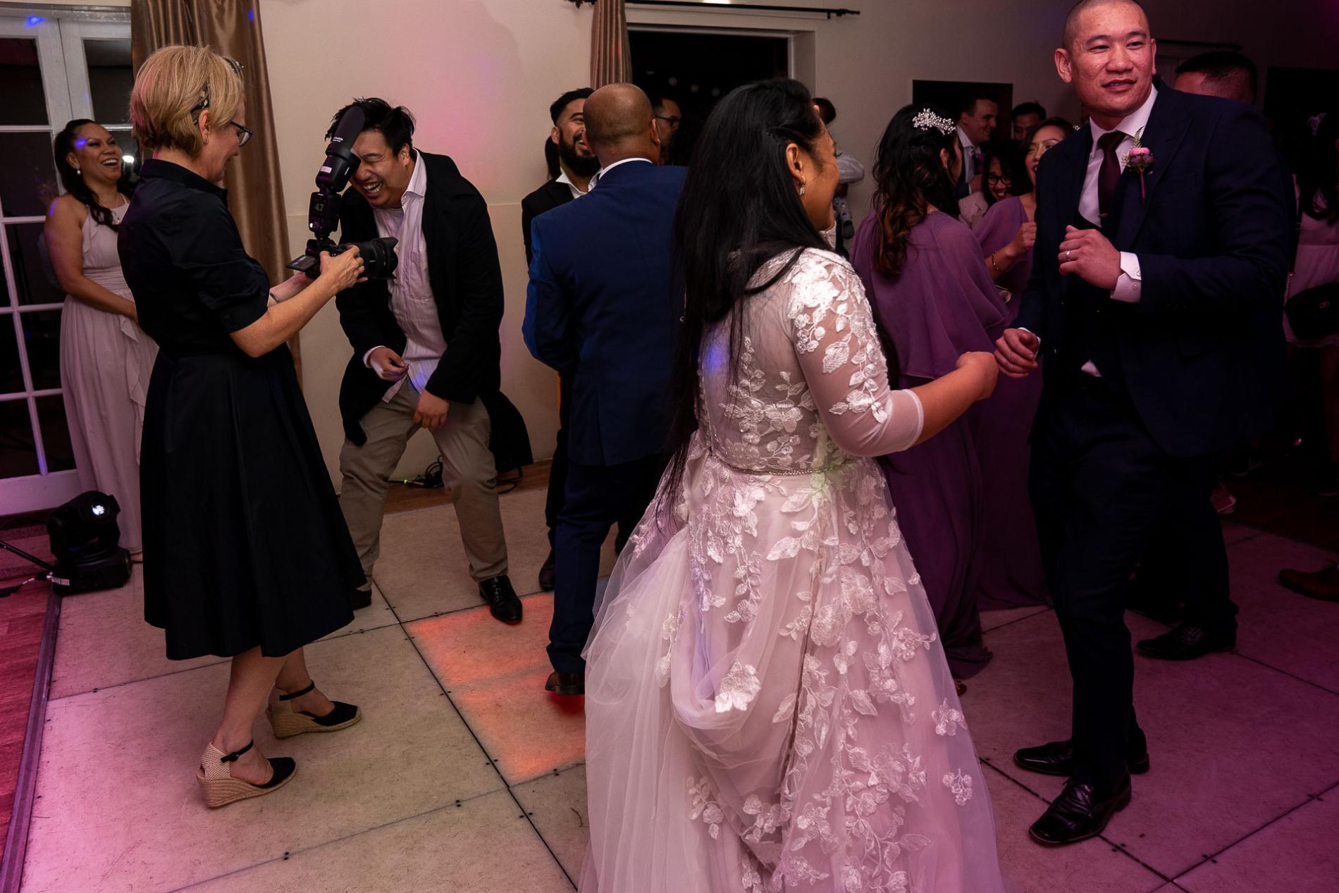 Een huwelijksfotograaf uit Hertfordshire die foto's maakt tijdens een Wheathampstead-huwelijksfeest.