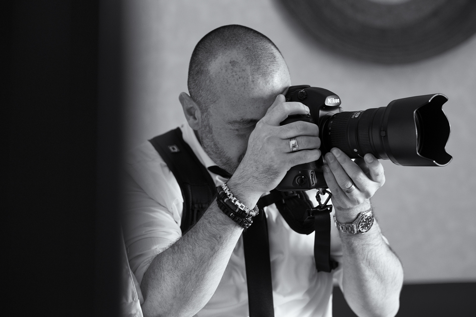 Arezzo wedding photographer at work with camera in Tuscany