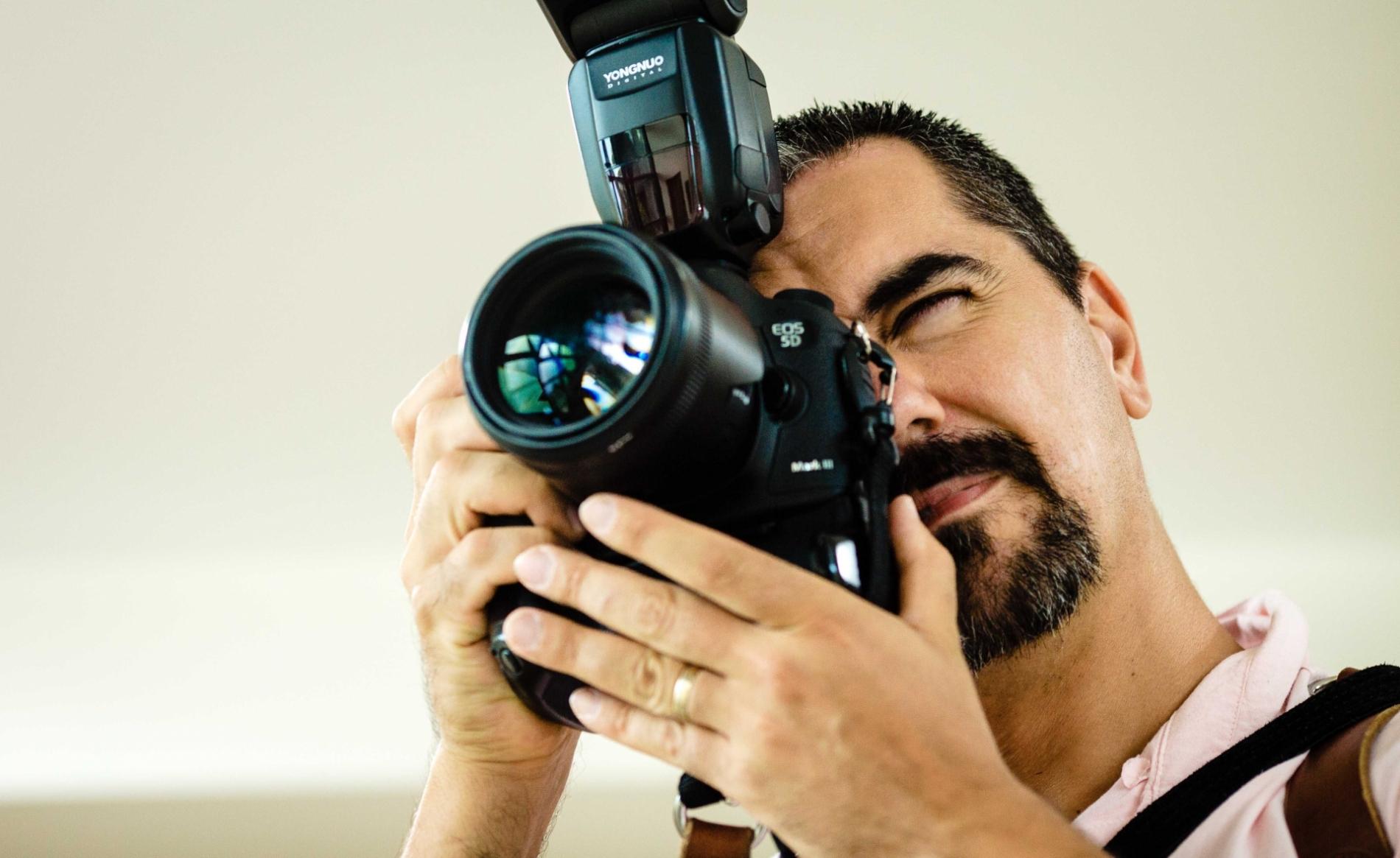 Fotograf Ealings London, der die Kamera an einer Hochzeit bearbeitet.