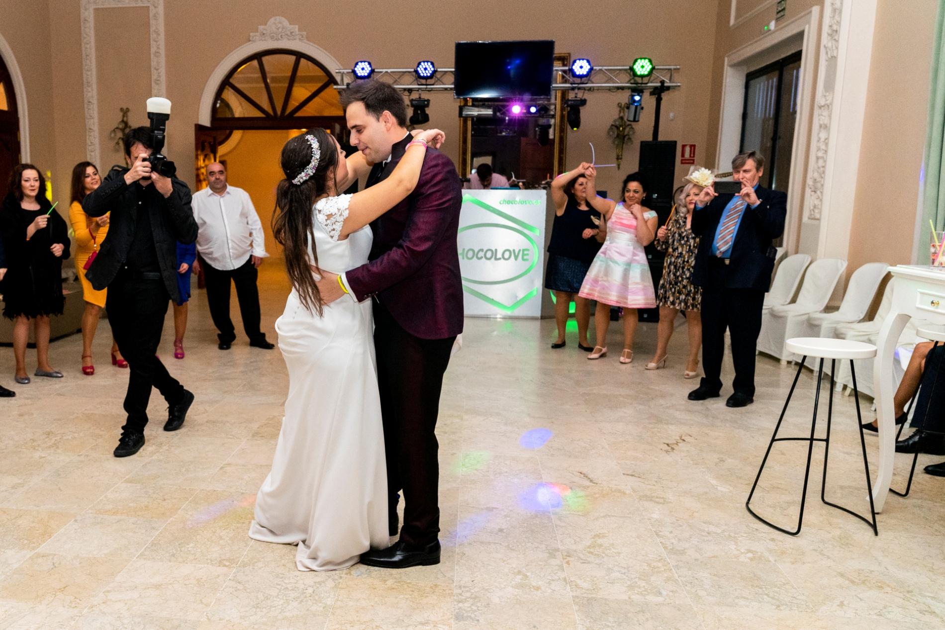 Jaen Jaen, Hochzeitsfotograf, arbeitet an einem Hochzeitsort.