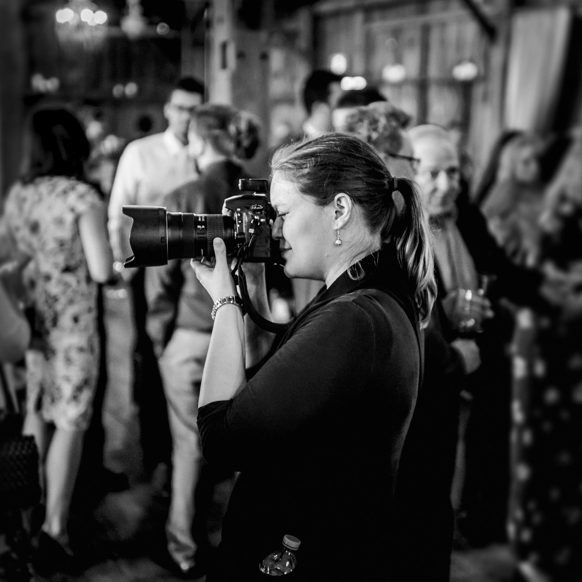 Hochzeitsfotograf Ottawa Ontario, der mit ihrer Kamera arbeitet.