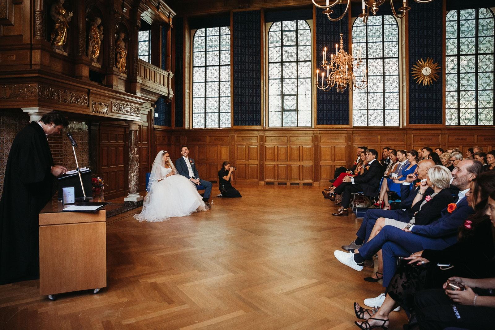 Photographe d'Utrecht travaillant à un mariage à l'église lors de la cérémonie.
