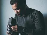 Wasan Chirdchom fotografeert journalistieke bruiloften in Thailand met zijn camera.