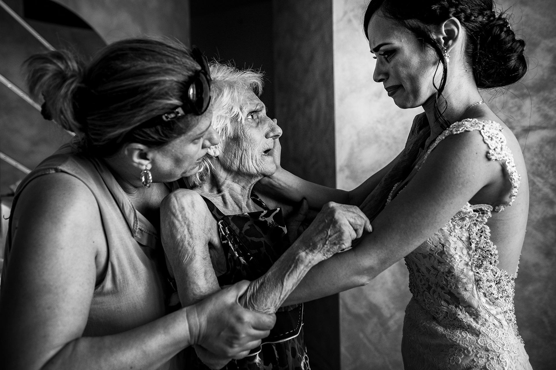 婚礼摄影记者抓住了几代人 新娘在仪式前与母亲和祖母分享片刻
